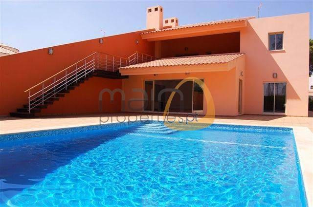 New 4 bedroom townhouse with private swimming pool in Vilamoura