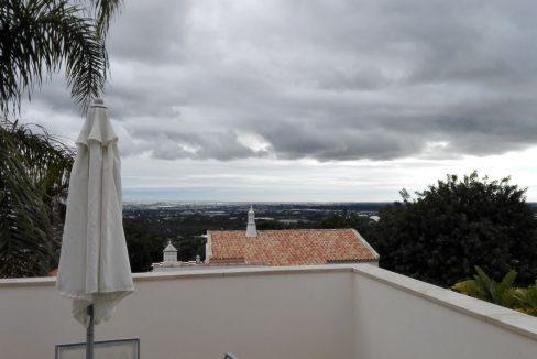 Moradia com 4 quartos recente em Santa Bárbara de Nexe para venda AA068