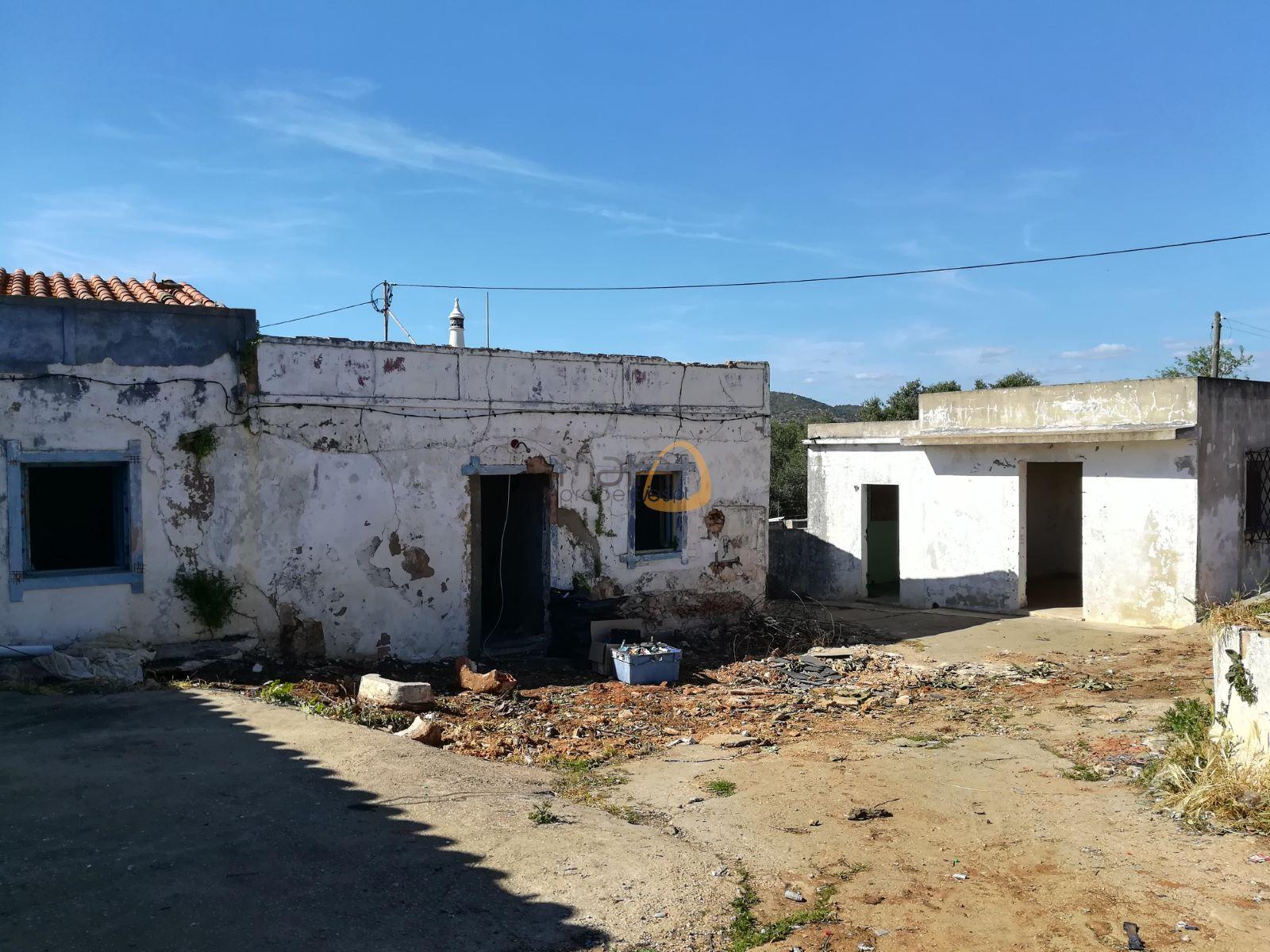 Terreno com casa para renovar até 300 m2, ou espaço comercial até 500 m2 em Almancil RF157