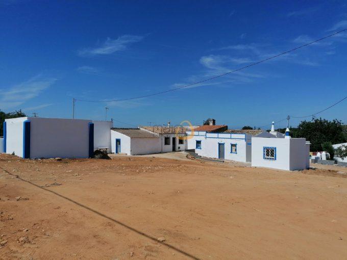 Terreno com potencial para construção até 300 m2 ou espaço comercial até 500 m2 em Almancil :: RF157