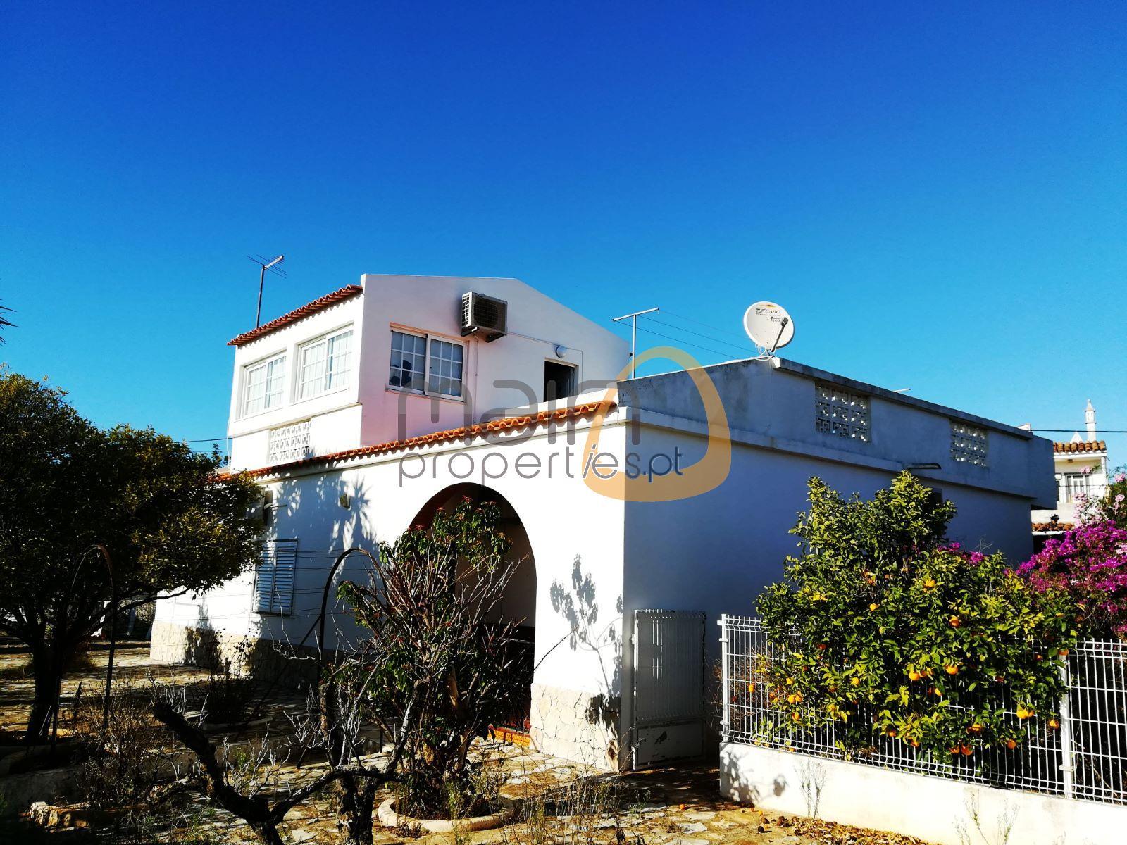 Moradia com 3 quartos e 3 apartamentos com 1 quarto cada no centro de Almancil