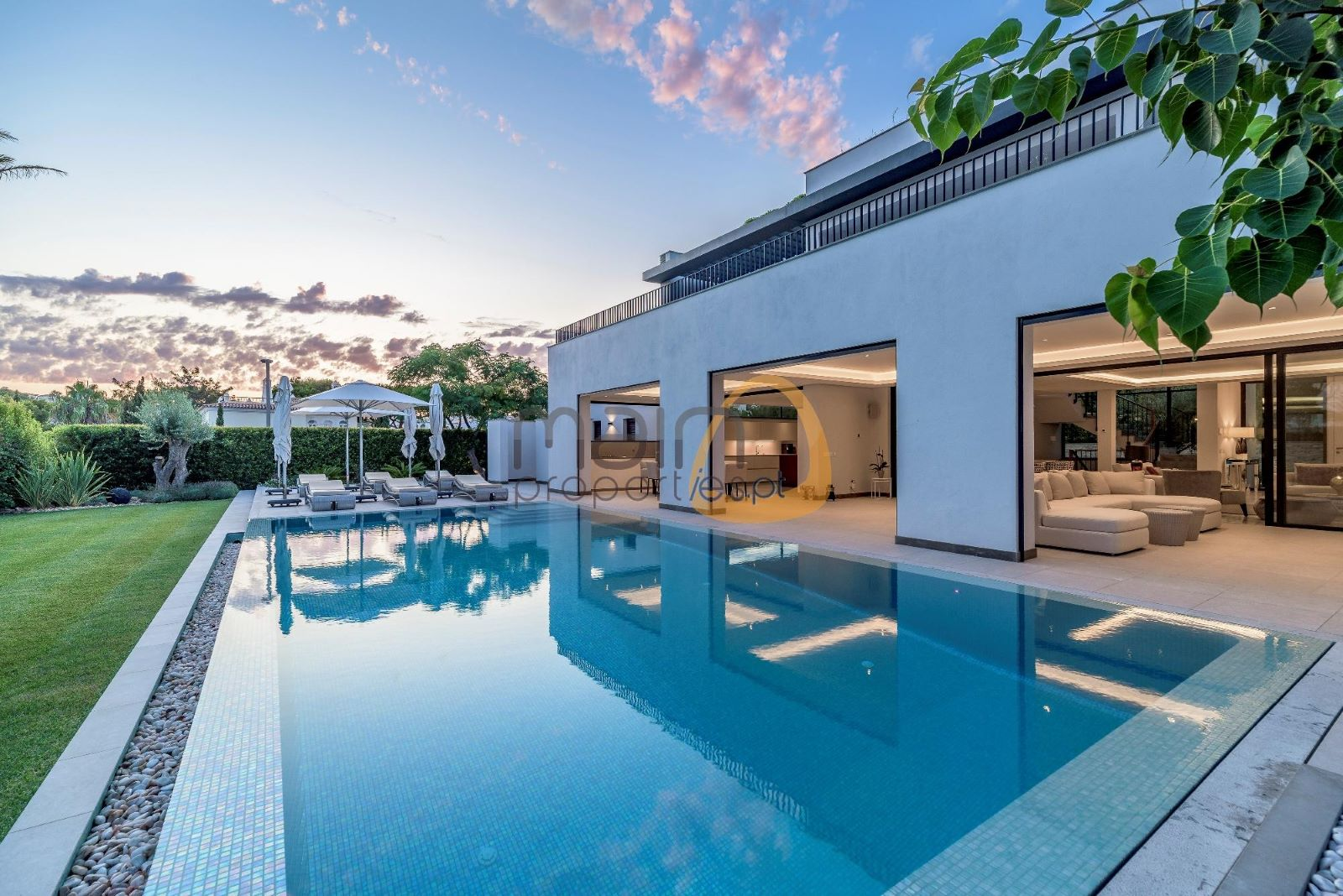 Brand new luxury 5 bedroom villa near the beach of Dunas Douradas in Vale do Lobo