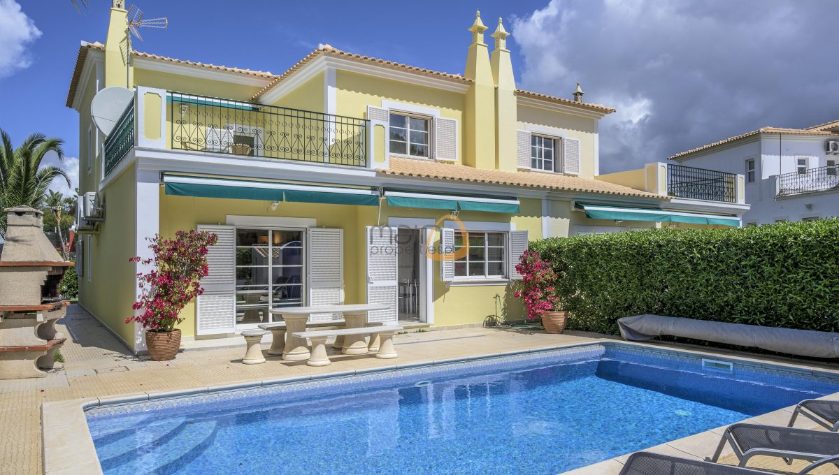 [:pt]villa-in-quinta-jacintina-golden-triangle-algarve-portugal-02[:en]4 bedroom linked villa with private pool at Quinta Jacintina : Golden Triangle : Almancil : Algarve : Portugal :: Pool :: MainProperties :: PC356[:]