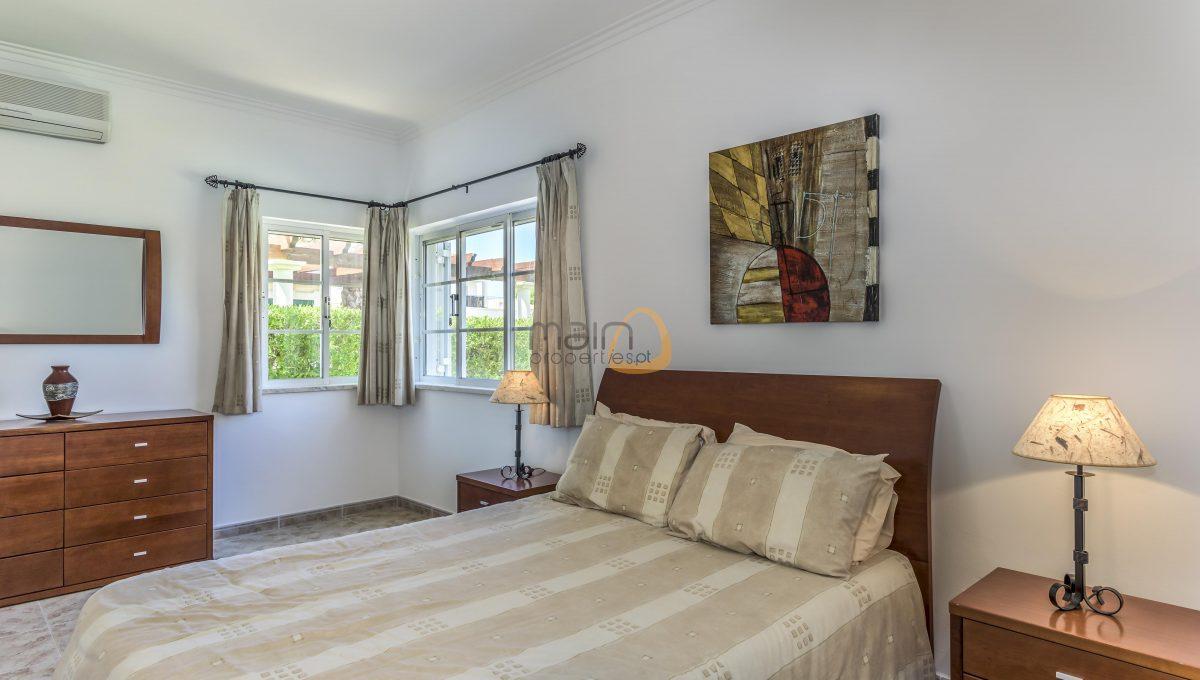 [:pt]villa-in-quinta-jacintina-golden-triangle-algarve-portugal-09[:en]4 bedroom linked villa with private pool at Quinta Jacintina : Golden Triangle : Almancil : Algarve : Portugal :: Bedroom 1 :: MainProperties :: PC356[:]