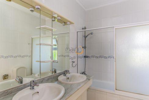 [:pt]villa-in-quinta-jacintina-golden-triangle-algarve-portugal-14[:en]4 bedroom linked villa with private pool at Quinta Jacintina : Golden Triangle : Almancil : Algarve : Portugal :: Bathroom :: MainProperties :: PC356[:]
