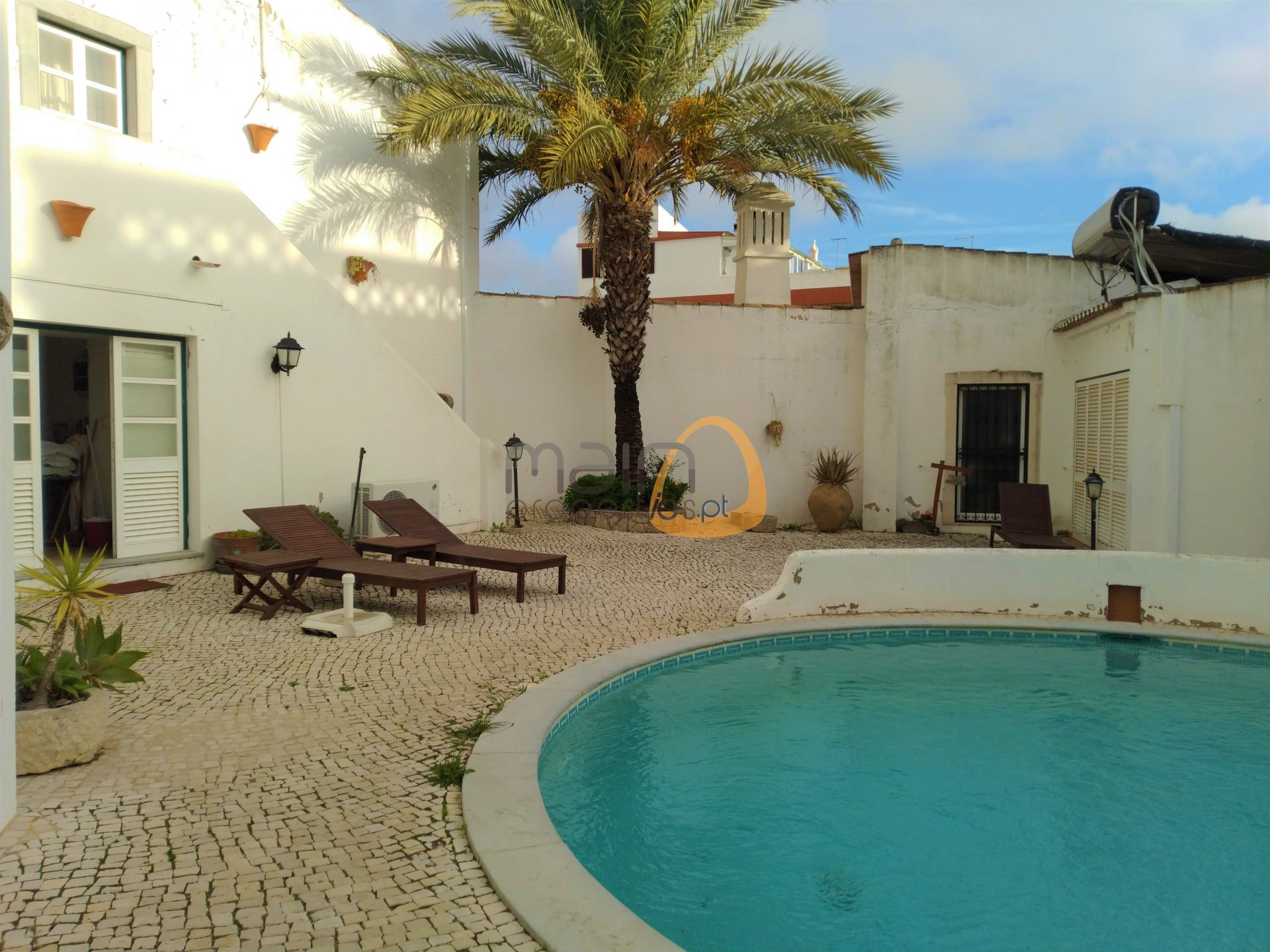 Villa with 9 bedrooms, ideal for local accommodation, in the center of the village of Estói.