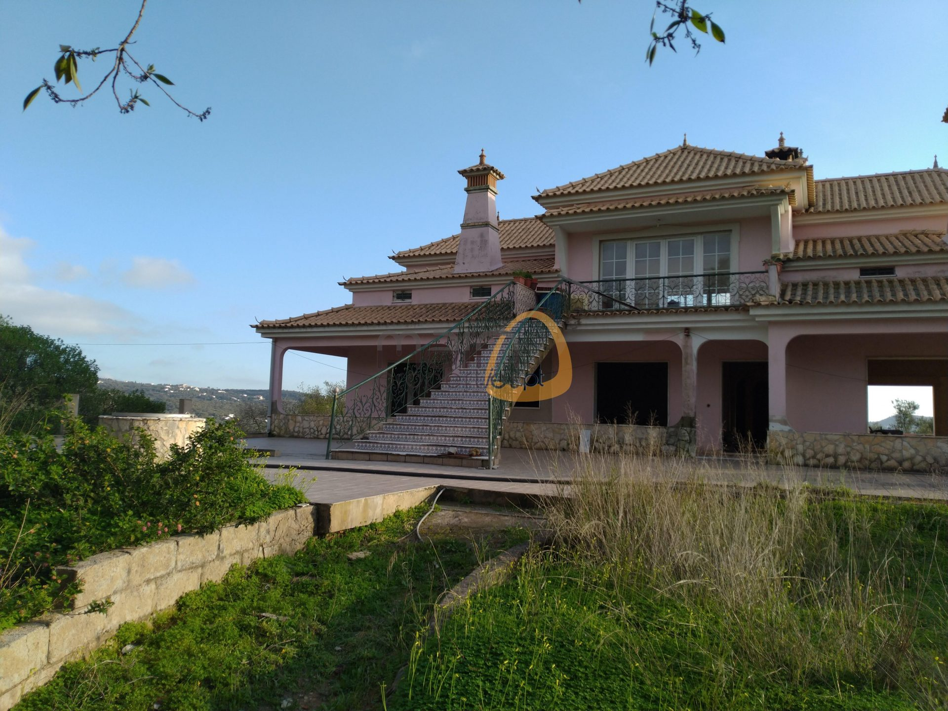 Unfinished 6 bedroom villa with extensive land area in Loulé.