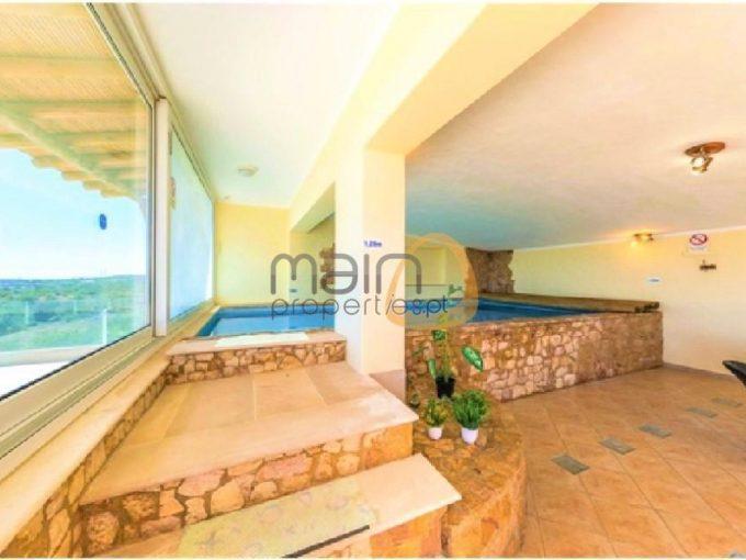 Moradia com três quartos, piscina interior e vista mar em Estói :: MR043