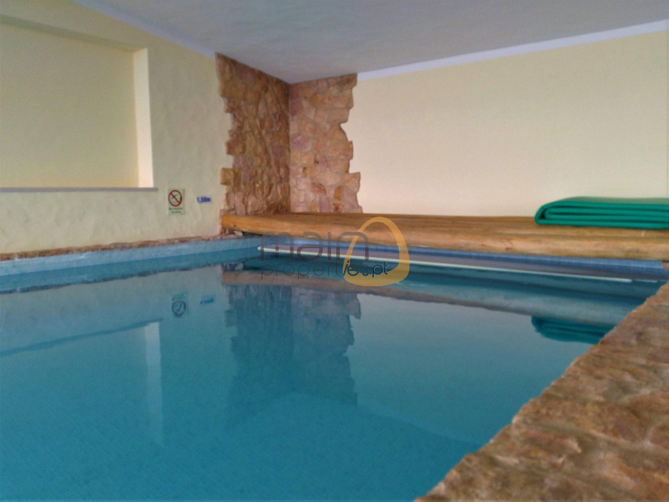 (Português) Moradia com três quartos, piscina interior e exterior em Estói.