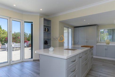 [:pt]luxury-villa-in-vale-do-lobo-golden-triangle-algarve-portugal-with-sea-view-021[:en]3 bedroom villa with sea view in Vale do Lobo :: Kitchen 2 :: MainProperties :: PC357[:]