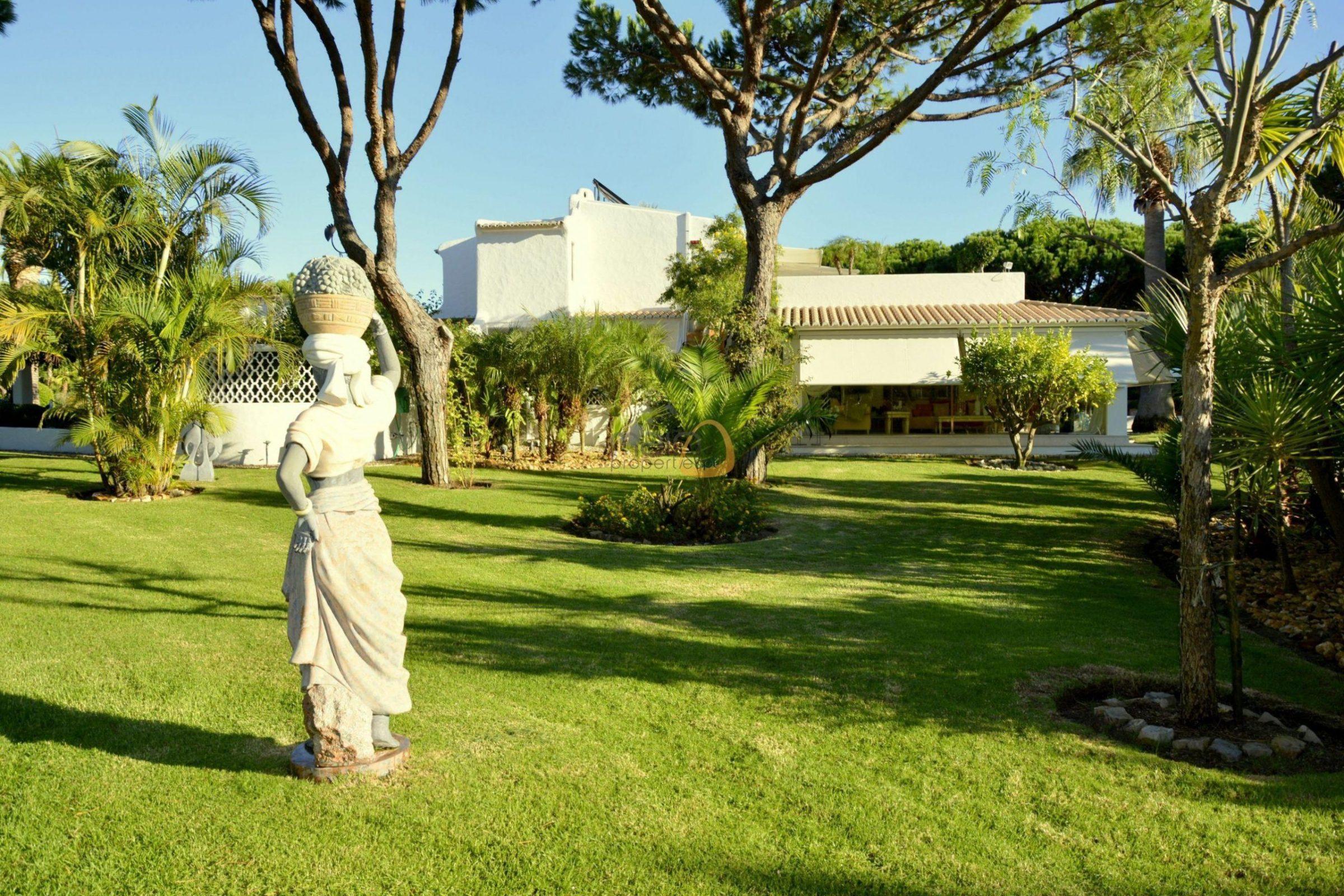 [:pt]Moradia com 5 quartos na Quinta do Lago :: Jardim :: MainProperties :: 020061[:en]5 bedroom villa in Quinta do Lago :: Garden :: MainProperties :: 020061[:]