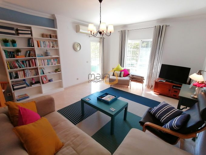 Apartamento com 3 quartos no centro de Almancil :: SE021