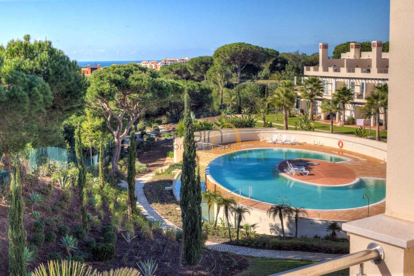 Luxury villa with 3+1 bedrooms in a gated community near Vilamoura.