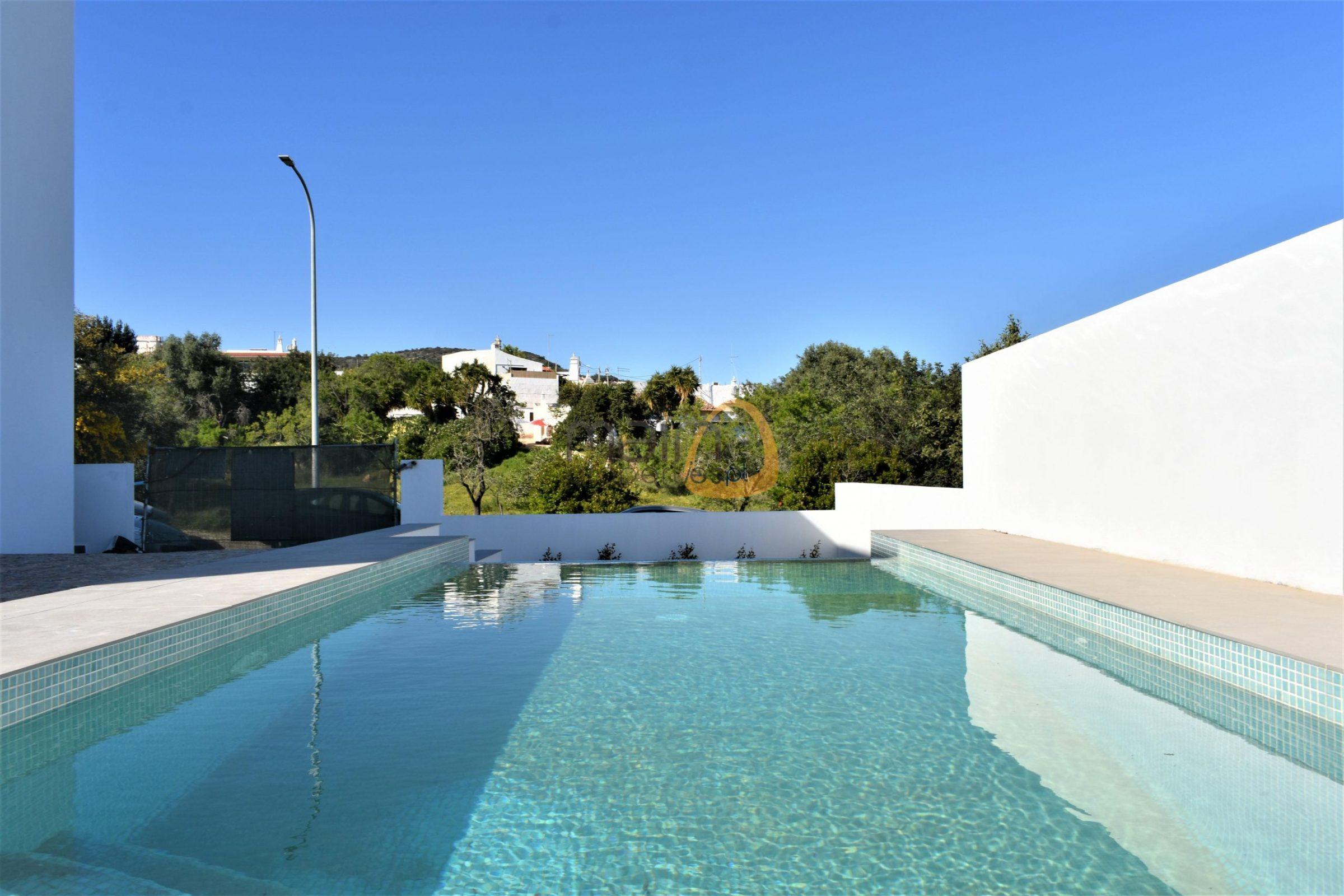 New villa with 3 bedrooms and private pool in Santa Barbara de Nexe