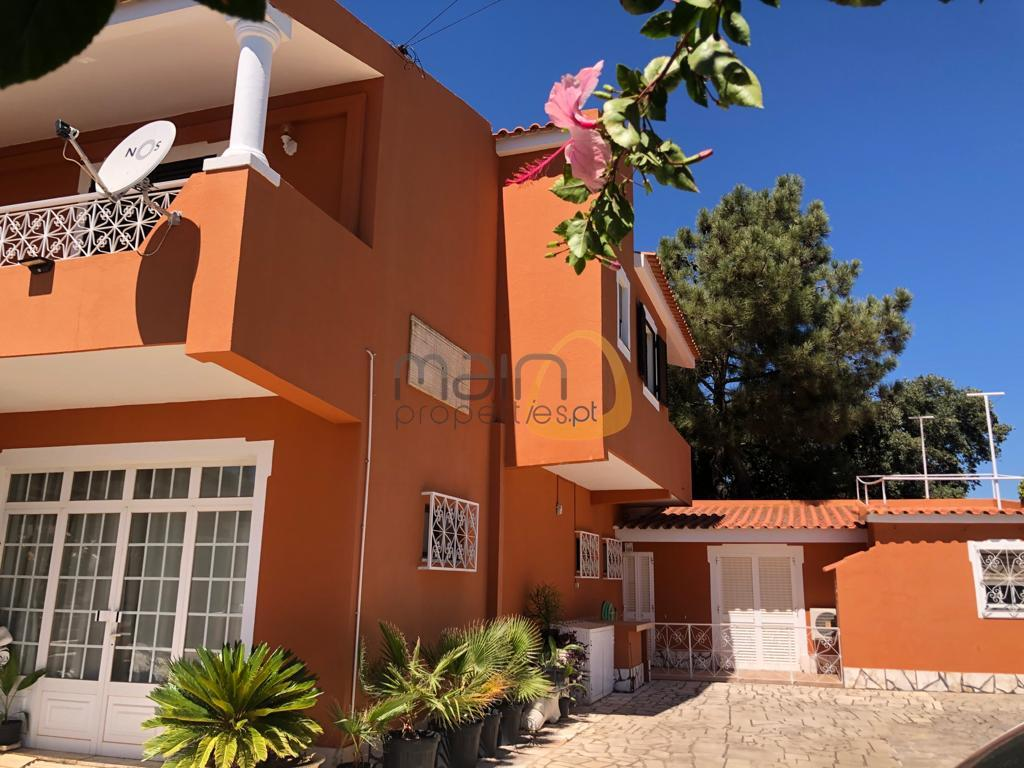 Villa with 4+2 bedrooms and private pool in Quarteira